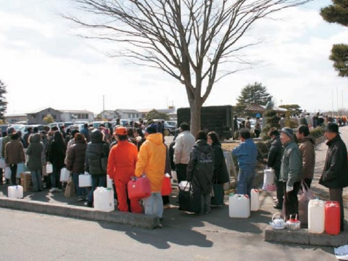 給水の順番を待つ長蛇の列